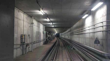 ferrocarril: Ver en el interior del túnel metropolitana con luz artificial