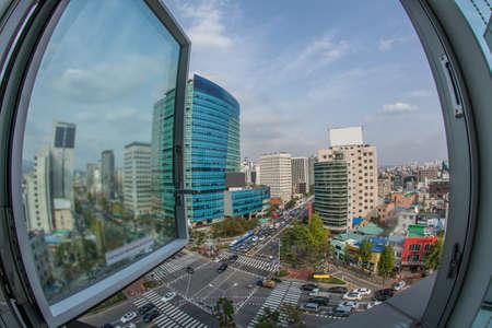 Groothoek opname van panorama van de stad met intense autoverkeer op straat. Uitzicht vanuit het raam naar Seoul, Zuid-Korea