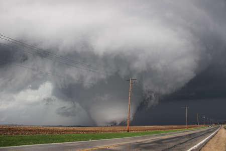 Masivo tornado aterradora recorre las tierras de cultivo en Illinois. Foto de archivo - 65894904