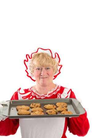 se�ora: Un sonriente se�ora Santa sostiene una bandeja de galletas reci�n salidos del horno