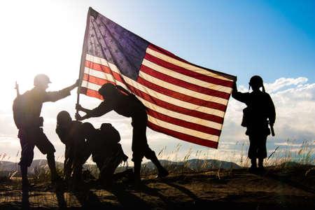 Soldaten in de Tweede Wereldoorlog uniformen herscheppen van de verhoging van de vlag op Iwo Jima