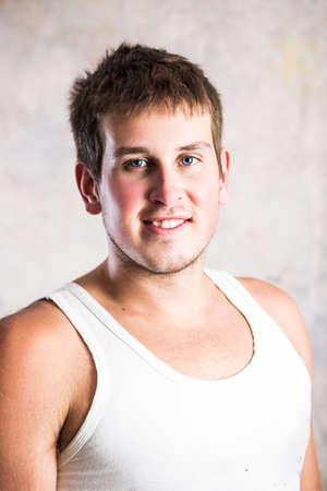 muscle shirt: Hombre Autralian joven hermoso que desgasta una camisa del m�sculo