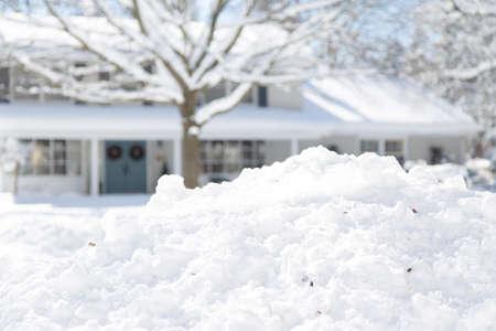 ondiepe scherptediepte gericht op sneeuw met het huis in de achtergrond