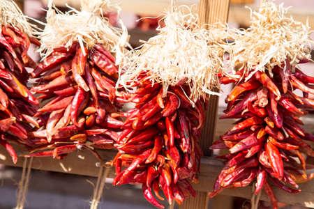 chiles secos: Arreglos de estos chiles rojos secos cuelgan como decoración en todo Santa Fe