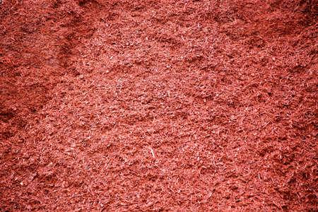 paysagiste: pile de paillis en vrac teints en rouge pour les jardins paysagers et les chantiers