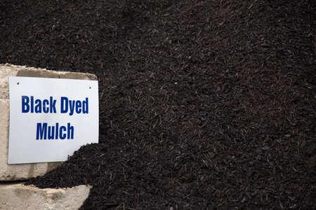 paysagiste: pile de paillis en vrac teint noir utilisé pour des projets d'aménagement paysager