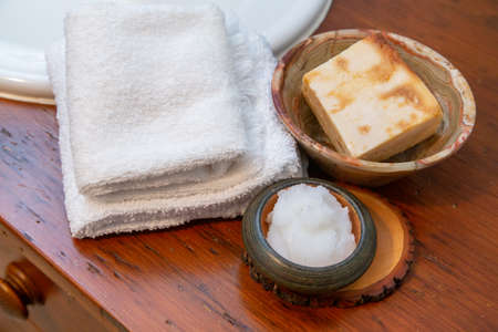 Natural personal care items on a wooden bathroom counter Standard-Bild