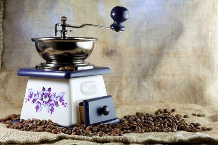 młynek do kawy: MÅ'ynek do kawy i ziarna kawy