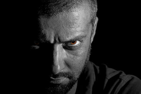 wilkołak: Dramatyczny veiw z twarzy człowieka w ciemności Zdjęcie Seryjne