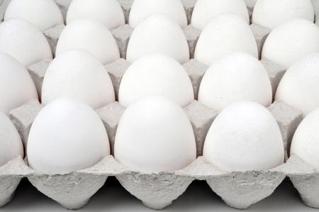 Witte eieren in een doos Stockfoto