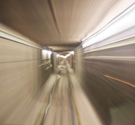 station m�tro: rame de m�tro entrant tunnel de la station de m�tro, floue mouvement