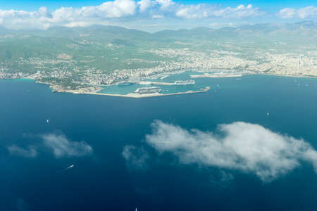 View of the skyline of Palma de Mallorca from airplane window. Panaroma of Citz and mountains on the background. Port and cruise ship Foto de archivo