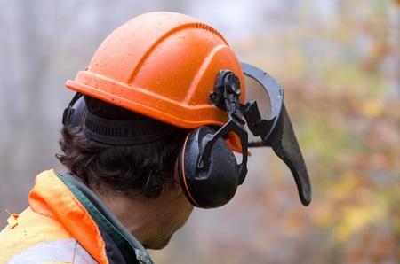 anti noise: un boscaiolo con il suo casco Archivio Fotografico