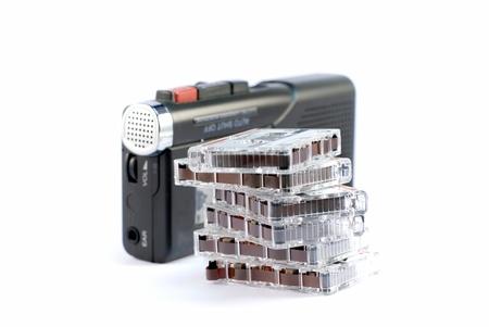 dictating: dict�fono sobre fondos blancos con una pila de discos Foto de archivo
