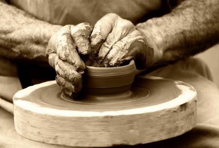 ollas de barro: alfarero en la rueda de alfarero