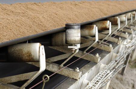 transportband bedekt met zand