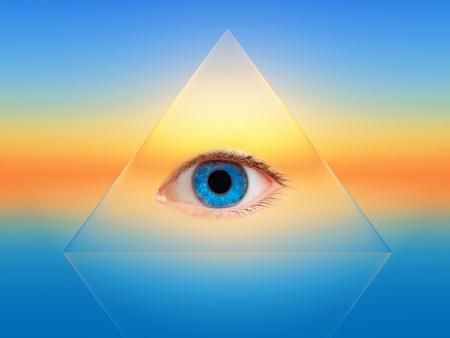 een blauw oog op een transparante piramide
