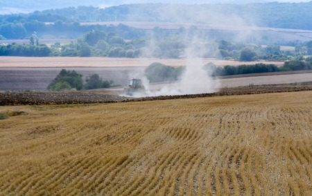 arando: un campo tractor arando Foto de archivo