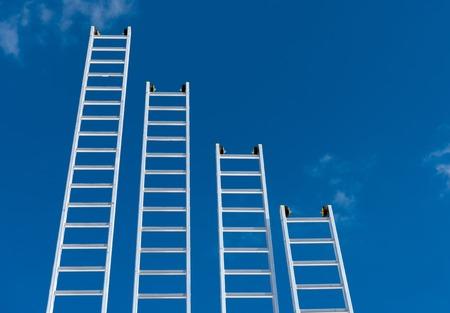 een gradiënt van aluminium ladders Stockfoto