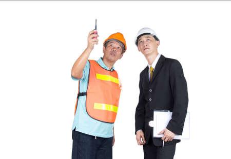 supervisores: Ingenieros y supervisores que están monitoreando la construcción. con trazado de recorte Foto de archivo