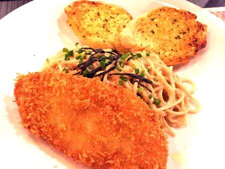 pescado frito: Spaghetti con pescado frito y pan de ajo