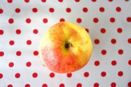 lunares rojos: ver en la parte superior de la manzana con el fondo rojo de lunares