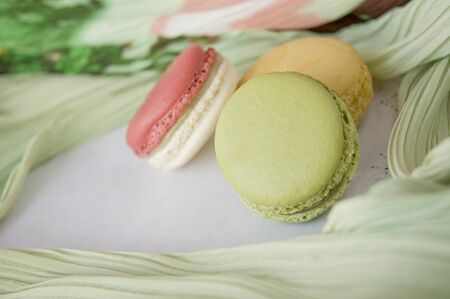 cerca macaron suave color verde sobre fondo colorido photo