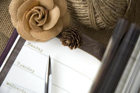 il giorno a pagina planner aperto con il fiore e la penna photo