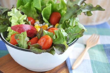 ensalada: Cierre de ensalada fresca en un taz�n grande hizo subir a bordo de madera