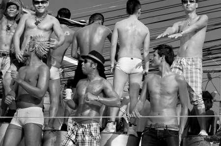 hombres gays: Patong, Phuket, Tailandia, 26 de febrero de 2011: Un grupo de hombres homosexuales bailar en una carroza durante el desfile anual del orgullo gay de Patong.