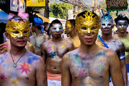 hombres gays: Patong, Phuket, Tailandia, 26 de febrero de 2011: Un grupo de hombres homosexuales participan en el desfile anual del orgullo gay de Patong.