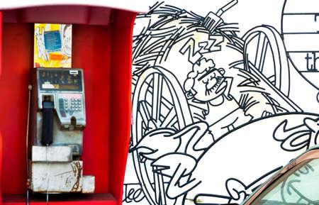 cabina telefonica: Little India, Georgetown, Penang, Malasia 4 MAY 2014: Un mural escultura de alambre adorna una pared detr�s de una cabina telef�nica en Little India.