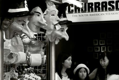 チョン CEYLONG メガモール、プーケット、タイ、2012 年 6 月 1 日: 観光客やショッピング モールのキオスクでマスク。 報道画像