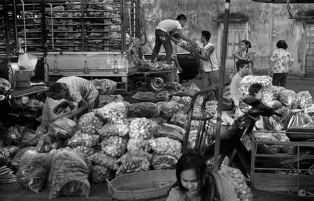 DOWNTOWN MARKET, PHUKET TOWN, PHUKET, THAILAND 21 DECEMBER 2013: Workers and vendors unload fresh produce at the Downtown Market 報道画像