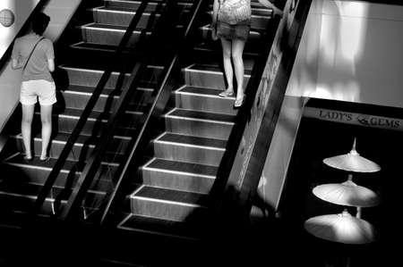 CENTRO COMERCIAL, DE BANGKOK, TAILANDIA, 18 de marzo de 2010: Los turistas paseo hasta las escaleras mecánicas en el centro comercial de Tailandia. Foto de archivo - 31155581