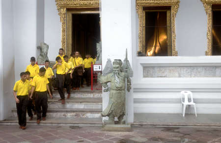 WAT PHO, BANGKOK, THAILAND, 26 SEPTEMEBER 2014: Thai school kids on a school trip exit a building after viewing the Sleeping Buddha at Wat Pho. 報道画像