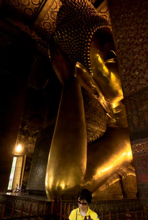 WAT PHO, BANGKOK, THAILAND, 26 SEPTEMBER 2014: A visitor from China stands under Wat Pho\\