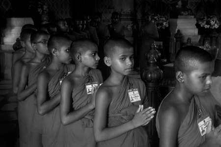 黄金仏寺、バンコク、タイ、2014 年 9 月 28 日: 初心者修道士から、瞑想教育訓練治療アカデミー (メッタ) インドのグループは訪問中に黄金の仏像に