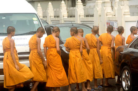 GOLDEN BUDDHA TEMPLE, BANGKOK, THAILAND, 28 SEPTEMBER 2014: A group of novice monks from the Meditation Education Training Treatment Academy (METTA) visit Wat Traimit in Bangkok, home of the world\'s largest solid gold statue 報道画像