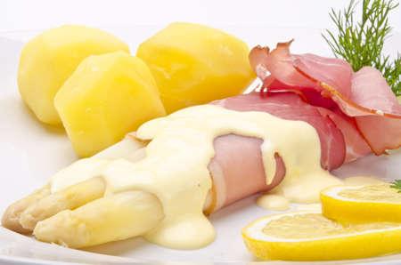 Asperges sauce hollandaise, le jambon et la sauce