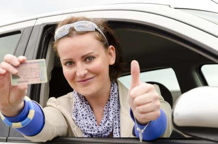 運転免許証を持つ女性