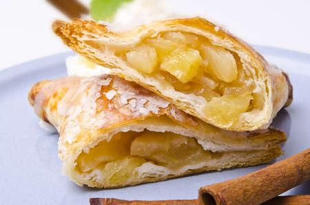 szarlotka: wypełniony ciasto francuskie