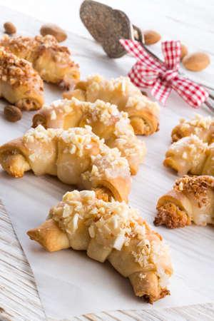 Dolcezza Mini croissant alle mandorle Archivio Fotografico - 24131656