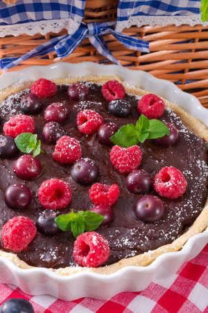 chocolade taartje met bosvruchten Stockfoto