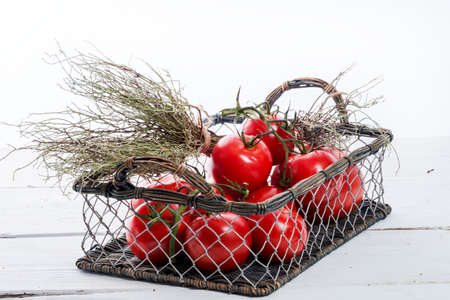 Tomaten im Korb Standard-Bild - 31724076