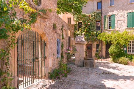 paisaje mediterraneo: La ciudad antigua en provence Foto de archivo