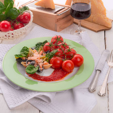 Conchiglie with North Sea shrimps and spinach Stockfoto