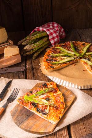 frhling: green asparagus pizza