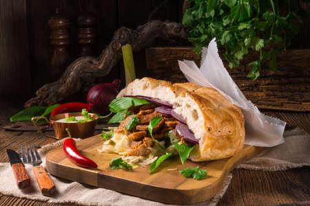 Gyros pita met wilde knoflook Stockfoto