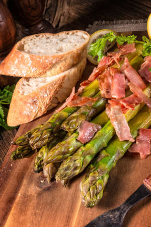 serrano: Green asparagus with serrano ham
